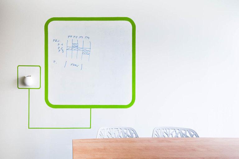 popisovací tabulová plocha v menší jednací místnosti