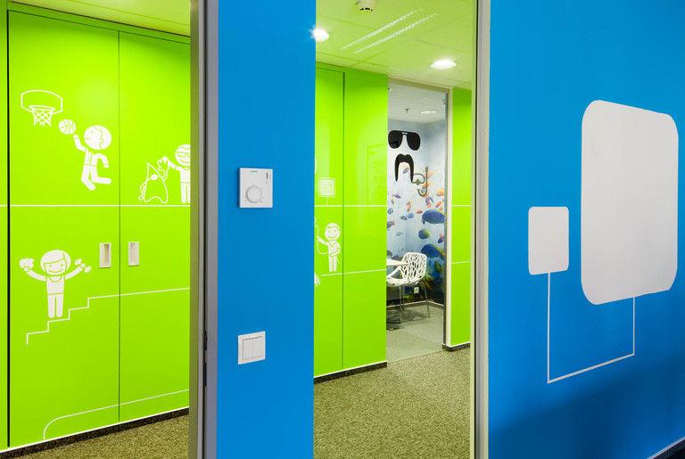 průhled do minijednacích místností z kanceláře