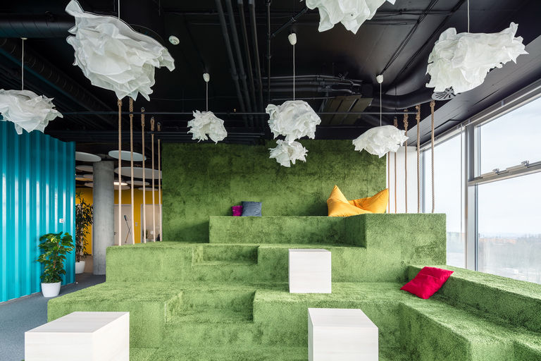nejoblíbenější relaxační prostor s výhledem do okolí – Kanceláře KIWI.COM | Horalík Atelier