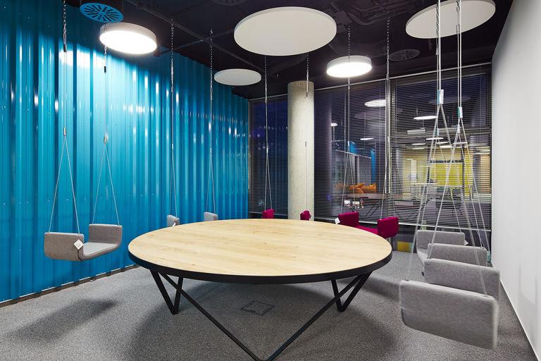 houpačkový jednací kout – Kanceláře KIWI.COM | Horalík Atelier