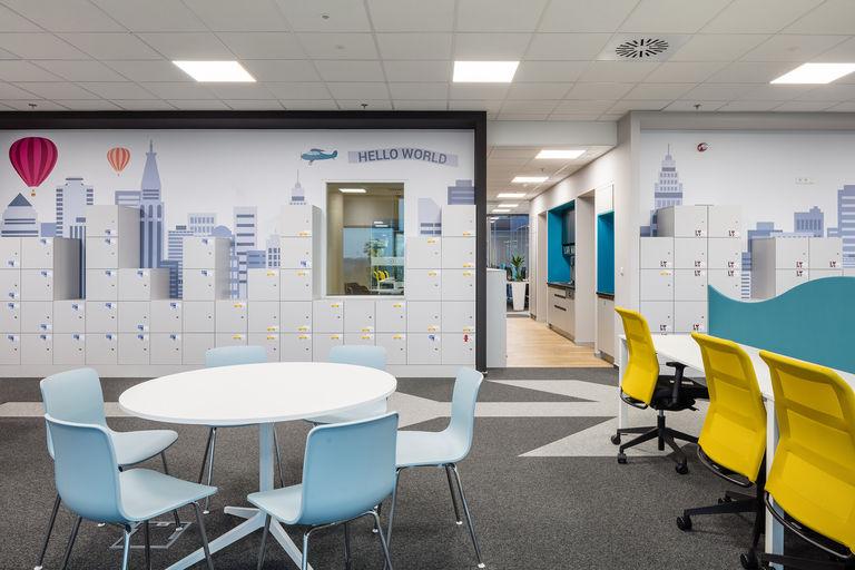 call centrum s pohledem na úložné skříňky (skyline města) – Kanceláře KIWI.COM | Horalík Atelier