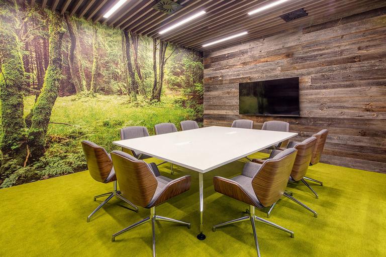 jarní dřevěná jednací místnost – Kanceláře CA Technologies | Horalík Atelier