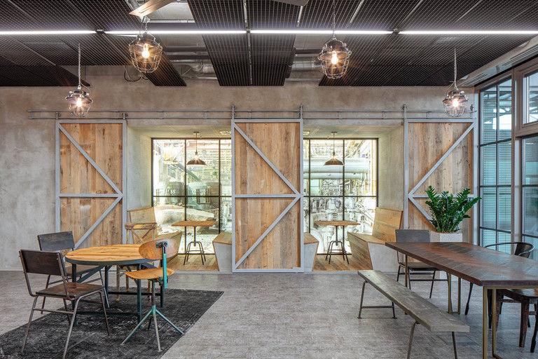 neformální pracovní niky v jídelně – Kanceláře CA Technologies | Horalík Atelier
