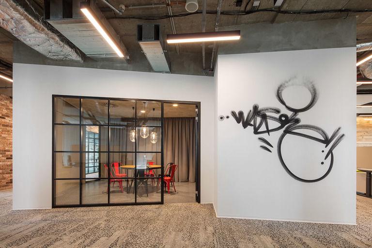 graffiti na stěnách – Kanceláře CA Technologies | Horalík Atelier