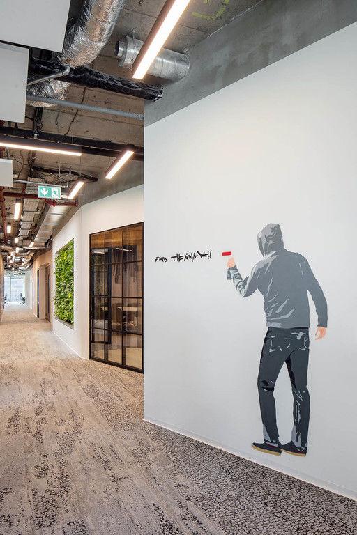 sprejovaná grafika na stěně – Kanceláře CA Technologies | Horalík Atelier
