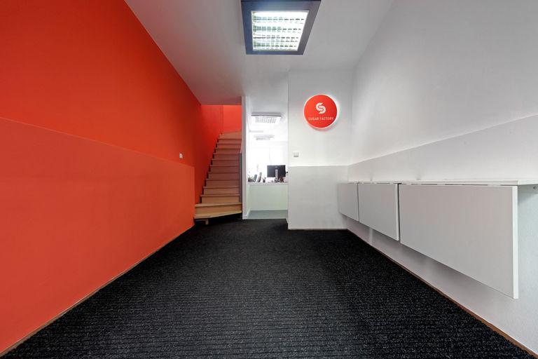 vstupní prostor s policemi – Kanceláře SugarFactory | Horalík Atelier