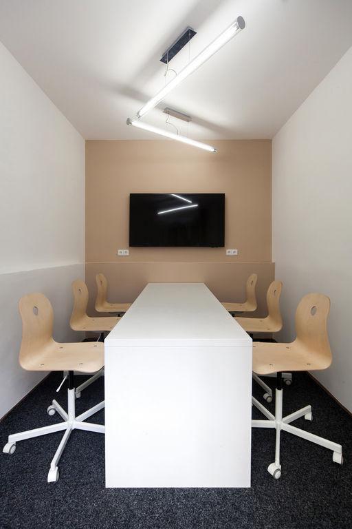 jednací místnost – Kanceláře SugarFactory | Horalík Atelier