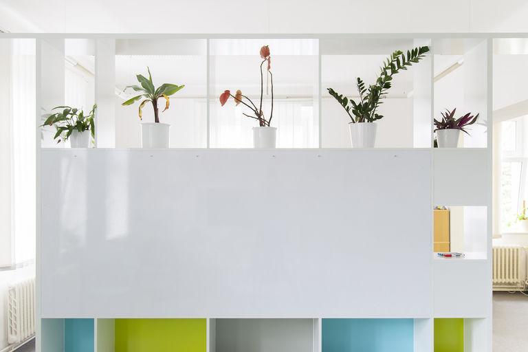 detail - popisovací tabule + prostor pro květiny – kanceláře IPEX praha | Horalík Atelier