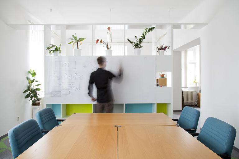 popisovací tabule s držáky na flipchart papíry – kanceláře IPEX praha | Horalík Atelier