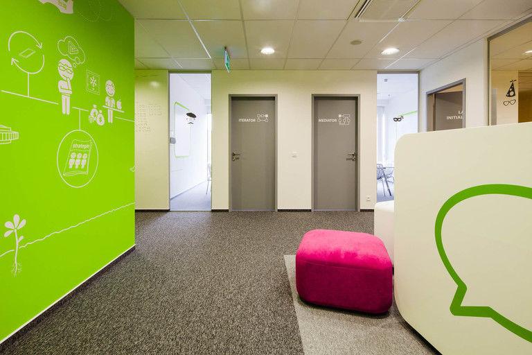 pohled z recepce na jednací místnosti - všechny místnosti jsou pojmenovány podle softwarových vzorců – kanceláře INMITE | Horalík Atelier