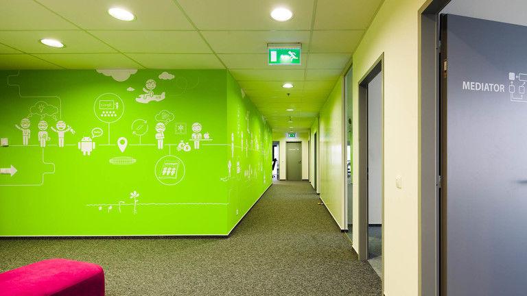 chodba s příběhem firmy – kanceláře INMITE | Horalík Atelier
