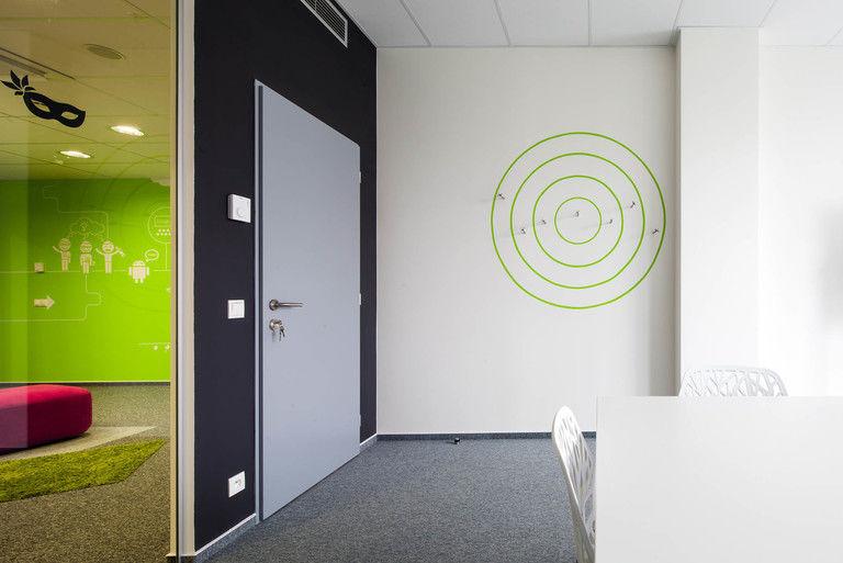 hlavní jednací místnost s věšáky (šipkami) – kanceláře INMITE | Horalík Atelier