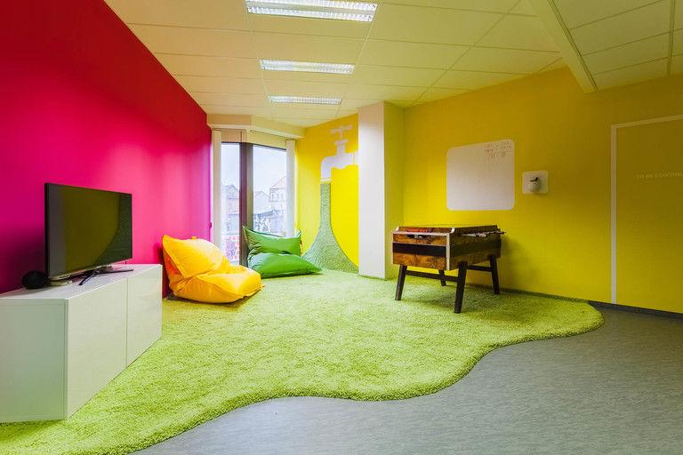 relaxační místnosti s chlupatým kobercem – kanceláře INMITE | Horalík Atelier