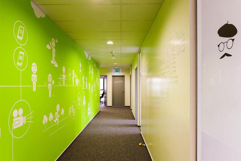 velká popisovací tabulová stěna na společné chodbě – kanceláře INMITE | Horalík Atelier