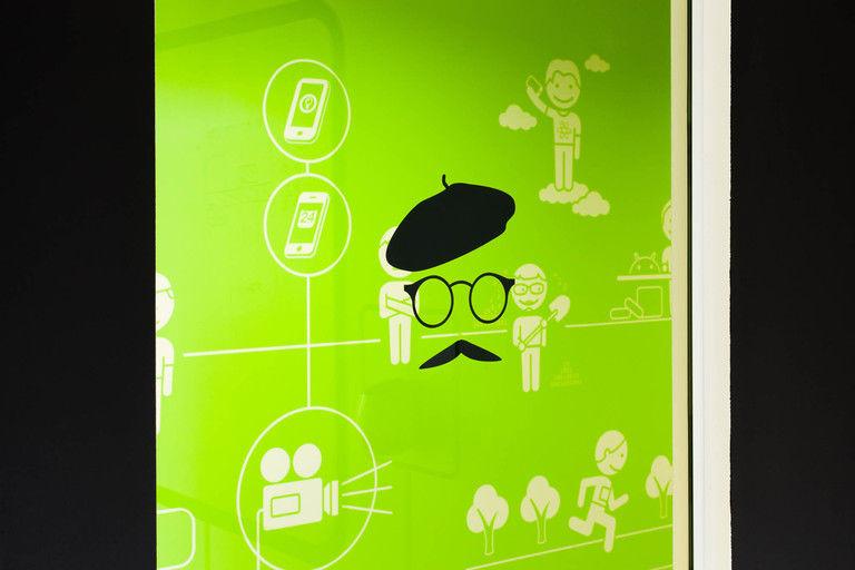 bezpečnostní polep průhledu, který může zároveň sloužit jako podklad pro změnu identity pozorovatele – kanceláře INMITE | Horalík Atelier