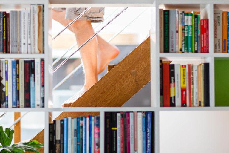 vestavěná knihovna - detail – byt Veleslavín | Horalík Atelier