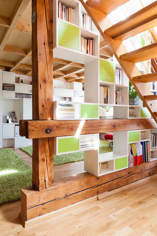 vestavěná knihovna - pod schodištěm – byt Veleslavín | Horalík Atelier