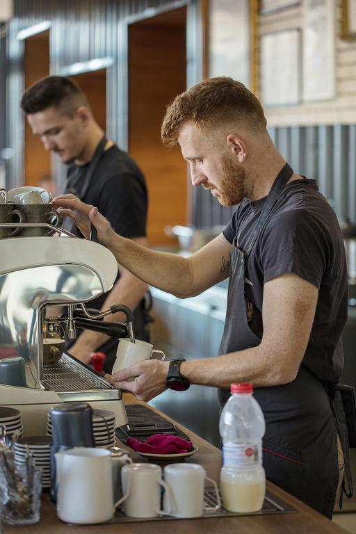 barman při práci – Kavárna Rebelbean | Horalík Atelier